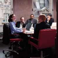 young_woman_leading_business_meeting_12sm0081rm